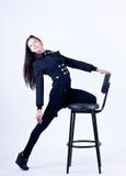 Schönes Mädchen auf einem Stuhl Lizenzfreie Stockfotografie
