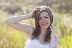 Schönes Mädchen auf einem Weg Lizenzfreie Stockfotografie