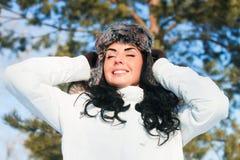 Schönes Mädchen auf einem Weg in einem Winterpark, stockbilder