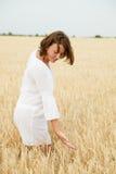 Schönes Mädchen auf einem Weizengebiet lizenzfreies stockbild