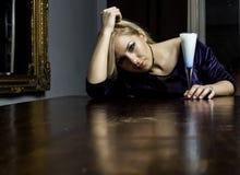 Schönes Mädchen auf einer Tabelle lizenzfreies stockfoto