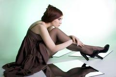 Schönes Mädchen auf grünem Hintergrund lizenzfreies stockfoto