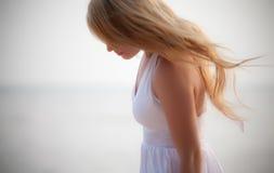 Schönes Mädchen auf Küste Stockfotografie