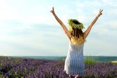 Schönes Mädchen auf Lavendel Gebiet stockfoto
