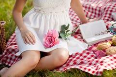 Schönes Mädchen auf Picknick auf Natur Schönes junges Mädchen im Freien Lizenzfreie Stockbilder