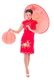 Schönes Mädchen auf roten Japaner kleiden mit Regenschirm und Laterne I an Lizenzfreie Stockbilder