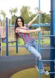 Schönes Mädchen auf Spielplatz stockbild