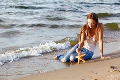 Schönes Mädchen auf Strand Lizenzfreie Stockfotos