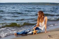 Schönes Mädchen auf Strand Lizenzfreie Stockfotografie