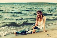 Schönes Mädchen auf Strand Stockbilder