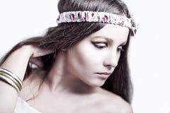 Schönes Mädchen auf weißer Hintergrundnahaufnahme Lizenzfreies Stockbild