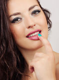 Schönes Mädchen beißt ihren Finger attraktiv Stockbild