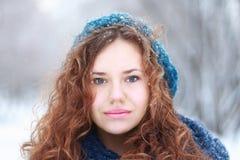 Schönes Mädchen betrachtet die Kamera, die am Winter im Freien ist Stockbilder