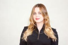 Schönes Mädchen Blond Auf einem Weiß Stockbilder