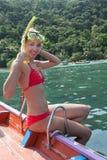 Schönes Mädchen an Bord ein gehendes Schnorcheln des hölzernen Bootes Stockbild