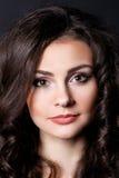 Schönes Mädchen, Brunette, klassisches Studio Lizenzfreie Stockfotos