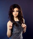 Schönes Mädchen, Brunette, klassisches Studio Stockfoto