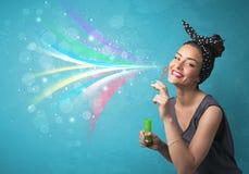 Schönes Mädchen, das abstrakte bunte Blasen und Linien durchbrennt Stockbild