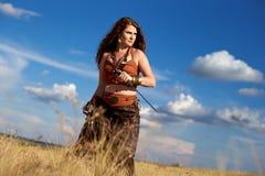 Schönes Mädchen, das Amazonas oder Viking trägt stockfotos