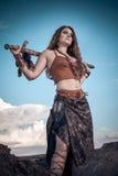 Schönes Mädchen, das Amazonas oder Viking trägt Stockbilder