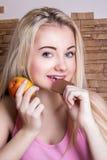Schönes Mädchen, das Apple und Schokolade hält lizenzfreie stockfotos