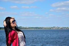 Schönes Mädchen, das auf dem Strand sich entspannt Stockfoto