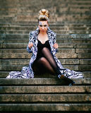 Schönes Mädchen, das auf den Treppen in der Stadt aufwirft stockfotografie