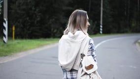 Schönes Mädchen, das auf die Straße geht Mädchenreisen stock footage