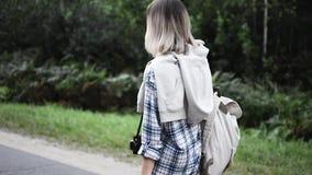 Schönes Mädchen, das auf die Straße geht Mädchenreisen stock video