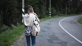 Schönes Mädchen, das auf die Straße geht Mädchenreisen stock video footage
