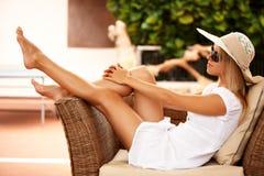 Schönes Mädchen, das auf einer Rücksortierung sich entspannt Lizenzfreies Stockfoto