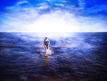 Schönes Mädchen, das auf glänzendem Wasser läuft lizenzfreies stockfoto