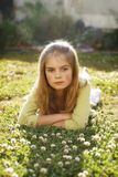 Schönes Mädchen, das auf Gras liegt Lizenzfreie Stockfotos