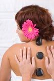 Schönes Mädchen, das auf Massage sich entspannt Lizenzfreie Stockbilder