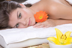 Schönes Mädchen, das auf Massagetabelle sich entspannt Stockfotos
