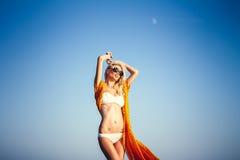 Schönes Mädchen, das auf Seehintergrund aufwirft Lizenzfreie Stockfotografie
