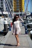 Schönes Mädchen, das auf Segeljacht sich entspannt Lizenzfreie Stockfotografie