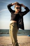Schönes Mädchen, das auf Strand aufwirft Stockfotos