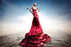Schönes Mädchen, das auf Wasser steht Stockbild