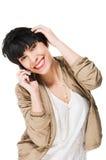 Schönes lächelndes Mädchen bei der Anwendung des Handys Lizenzfreie Stockfotos
