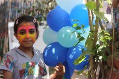 Nettes Mädchen mit blauen Ballonen lizenzfreies stockfoto