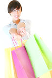 Schönes Mädchen, das bunte Einkaufenbeutel anhält Stockfotos