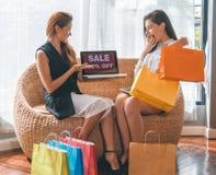 Schönes Mädchen, das bunte Einkaufstasche hält Lizenzfreie Stockfotos
