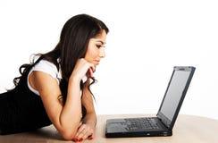 Schönes Mädchen, das an Computer arbeitet lizenzfreie stockbilder