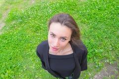 Schönes Mädchen, das den Himmel betrachtet Lizenzfreie Stockfotos