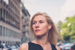 Schönes Mädchen, das in den Stadtstraßen aufwirft Lizenzfreies Stockfoto