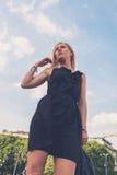 Schönes Mädchen, das in den Stadtstraßen aufwirft Lizenzfreie Stockfotografie