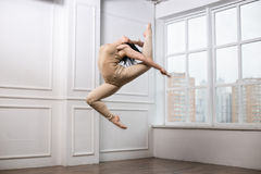 Schönes Mädchen, das in den Tanz springt Mädchen mit dem sehr guten Ausdehnen Stockbilder