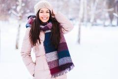 Schönes Mädchen, das draußen an einem kalten Wintertag aufwirft Stockfotos