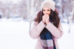 Schönes Mädchen, das draußen einfriert Stockfotografie
